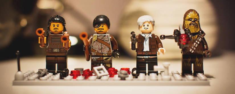Imagen ornamental, unos muñecos de lego atados a la misma placa de base, representando una tupla. Foto de freestocks.org