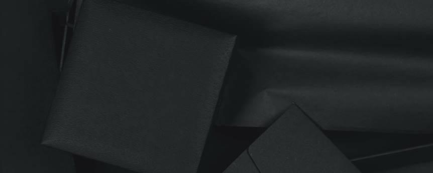 Imagen ornamental, una caja de color negro intenso sobre fondo negro, por an_vision, CC0 en Unsplash
