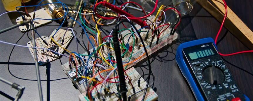 Imagen ornamental, un circuito electrónico simple con cables y un medidor, de Nicolas Thomas, CC0 en Unsplash