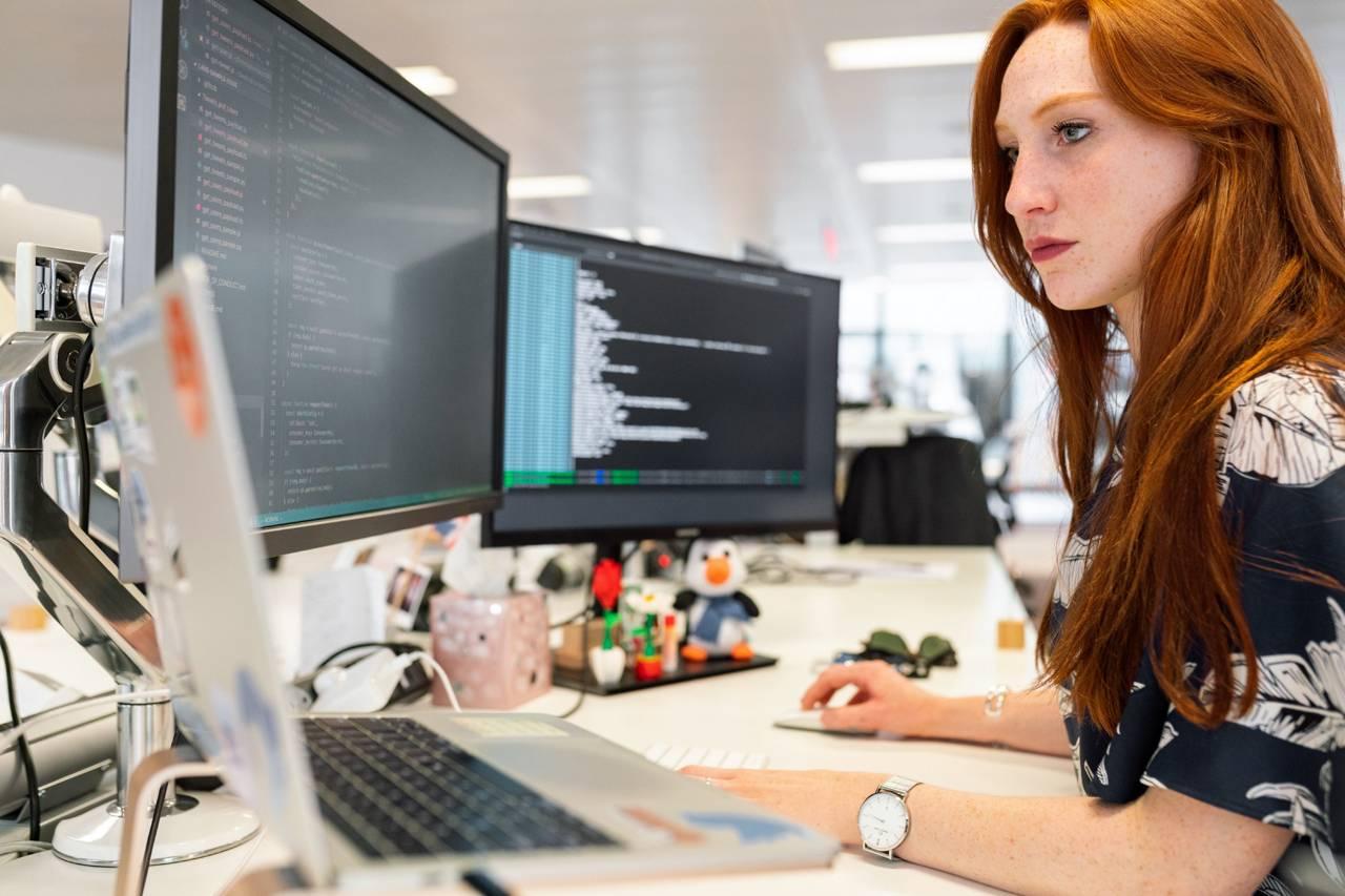 Imagen ornamental, ingeniera trabajando en un ordenador, por ThisIsEngineering en Pexels, CC0